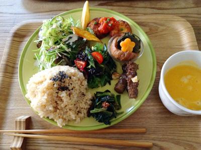 玄米ごはんと季節の野菜