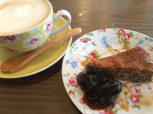 黒ゴマの濃厚ベイクドチーズケーキ&ロイヤルミルクティ