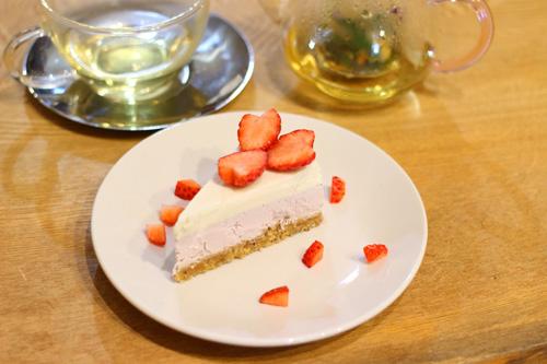イチゴとバニラのローケーキとハーブティ