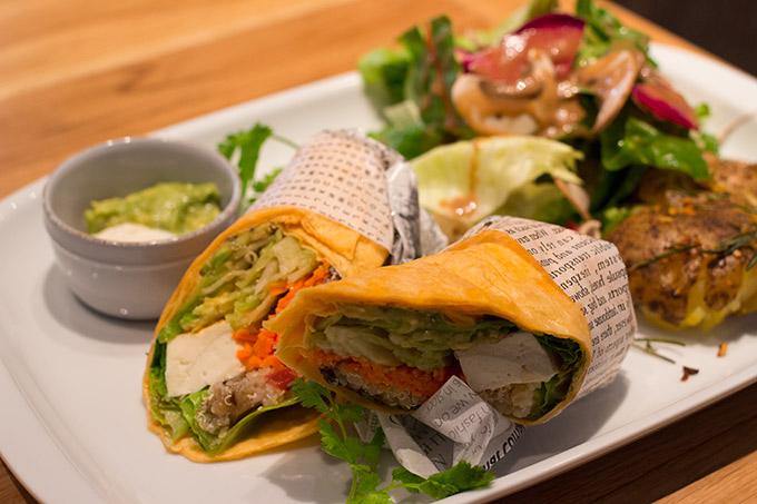 キヌアのタブレと豆腐、アボカドのアジアンラップロール