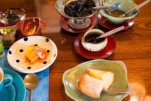 ウッチン(ウコン)パン・紅芋パン・ブルーベリージャム・白ごまの黒糖ジャム・ハチミツ