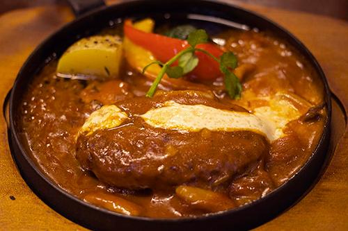 特製デミグラスソースの高キビ煮込みハンバーグ スープ&サラダ付